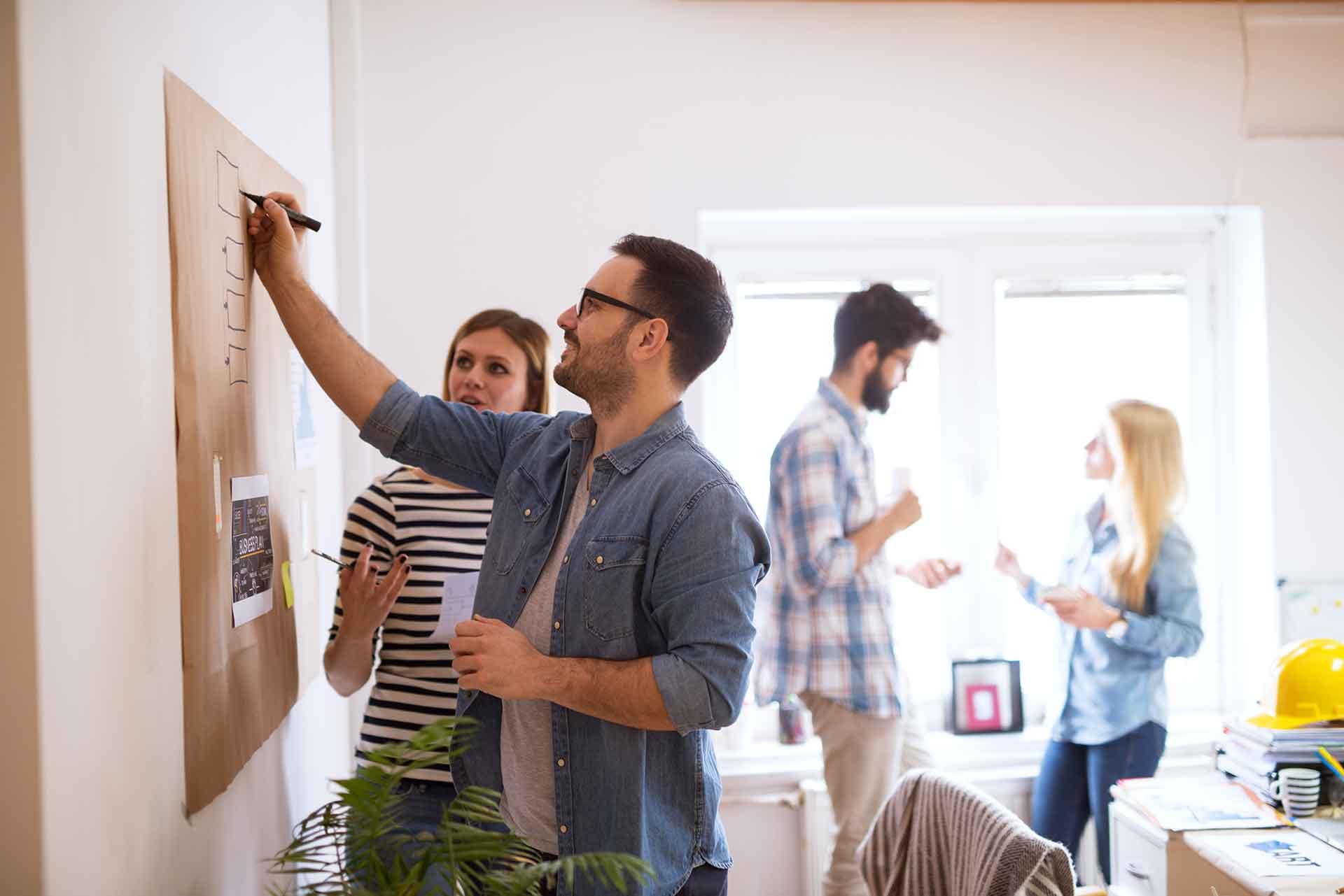 marketing team membahas cara mengoptimalkan micro moment marketing digital mereka